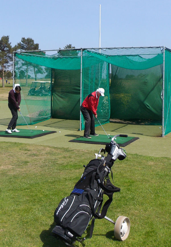 our two Californian golfers practice at Moniefieth golf club